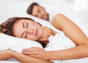 Cuscino tra le ginocchia, ti aiuta ad allineare la schiena e diminuisce i dolori